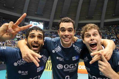 Thiago Alves, Théo e Bruninho comemoram mais um título. Parceira que já vem desde os tempos de CIMED. Foto: Melhor do vôlei