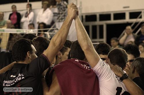 Os jogadores e comissão técnica demonstram união após a vitória diante da equipe de Maringá.