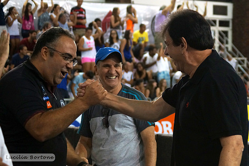 O supervisor da UFJF,Heglison Toledo, o professor Renato Miranda e o reitor, Henrique Duque comemoram a vitória . Foto: Lucilia Bortone