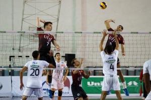 Ialisson enfrenta o bloqueio de Douglas (4) (Foto: Lucilia Bortone/Sacandoovolei)