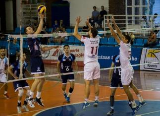Franco enfrenta o bloqueio da UFJF. O oposto do Minas foi o maior pontuador da partida com 18 pontos (Foto: Lucilia Bortone/Sacandoovolei)