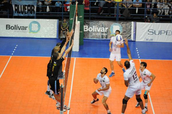 ___  UFJF precisou de 5 sets para vencer o Bolívar, que jogava em casa. (Foto: Bolívar Voley- via twitter)