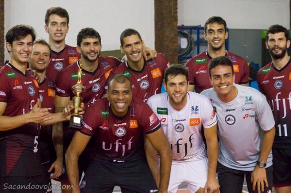 ___  Equipe posa com o troféu do Desafio Brasil X Argentina de Vôlei.  Foto: Lucilia Bortone