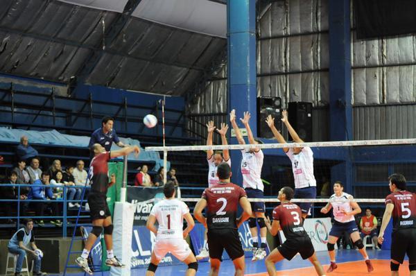 __  Disputando a sua primeira partida internacional, UFJF venceu, de virada, o Lomas Voley, da argentina. Foto: (Voley ACLAV- via twitter)
