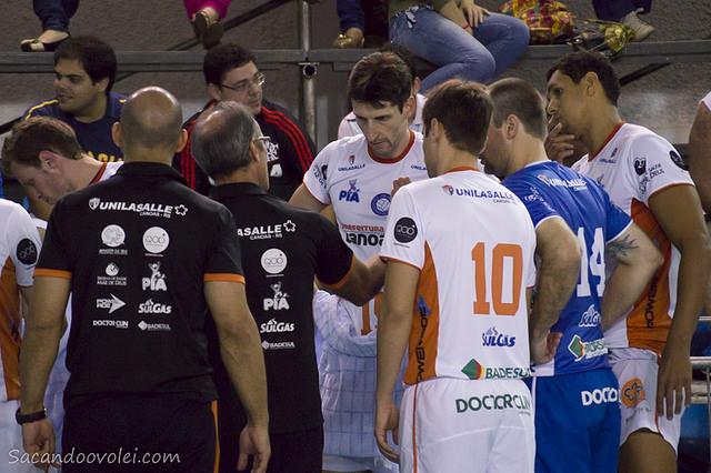 __O técnico Marcos Miranda conversa com sua equipe. Foto: Lucilia Bortone