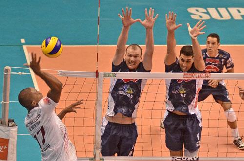 _ O ponteiro Sérgio( UFJF) tenta superar o bloqueio da equipe Paulista. (Foto: Jonas Barbetta/ Tuddo Comunicação)