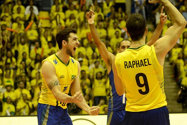 O ponteiro Lucas Lóh e o levantador Raphael fizeram grande partida com a camisa brasileira. (Foto: FIVB)