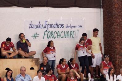 A torcida juiz-forana prestou homenagem à Chapecoense (Foto: Lucilia Bortone/Sacandoovolei)